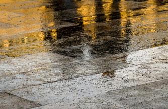 Foto: (pixaby/G. Marotta) Regen auf Pflastersteine