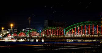 Im Rahmen der Lichtwoche 2016 wurde die Hackerbrücke in ein einzigartiges Licht gesetzt (Foto: Guerilla Lighting)
