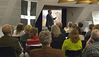 Rüdiger Wohlers vor dem interessierten Publikum. - Foto: Kathy Büscher