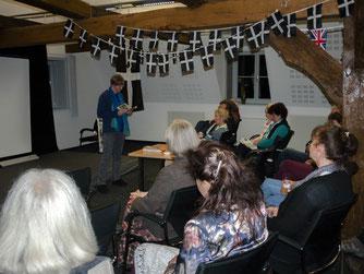 Heike Neunaber liest vor dem Publikum. - Foto: Kathy Büscher