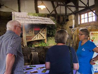 Maria Rollinger informiert über naturnahe Gartengestaltung. - Foto: Kathy Büscher