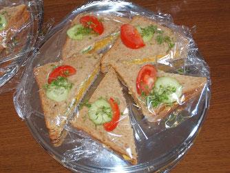 Diese Sandwiches mit Cheddar und Gurken mit originalen Zutaten wurde auf der großen Cornwall-Nacht gereicht. - Foto: Kathy Büscher