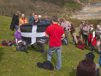 Auf der Wanderung am Lizard Point hieß es Flagge zeigen für Cornwall. - Foto: Kathy Büscher