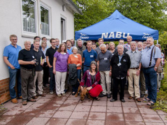 Die Naturschützer und Gäste im Garten des NUZ. - Foto: Kathy Büscher