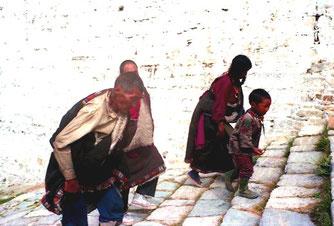 die Stufen hinauf zum Potala
