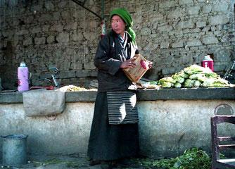 ein tibetische Gemüsehändlerin