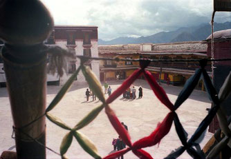 Blick hinunter in den Potala-Hof