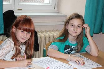 Schülerinnen beim gemeinsam Lernen