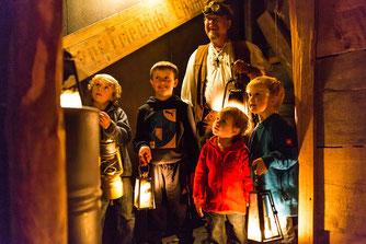 Kinder betreten den Bergwerkstollen in der Erlebniswelt Flederwisch