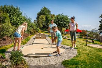Familie beim Minigolfen am Freizeithugl Großbüchlberg