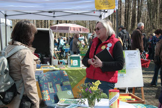 Marianne Frielingsdorf von der Gartenarche im Gespräch auf der Pflanzentauschbörse in Nümbrecht (hu)