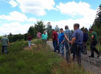 Olaf Schriever (links) von der Biostation sucht nach typischen Heidepflanzen (NABU hu)