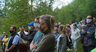 Die Teilnehmer hören interessiert den Erläuterungen zu (sch)