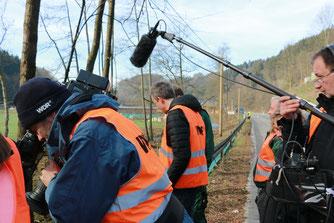Ein WDR Team begleitet die Froschretter bei der Arbeit (hu)