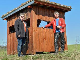 Carsten Stumpe (Waldecker Bank) und Peter Koswig an dem in Eigenleistung erstellten Beobachtungsstand in der Werbeaue.