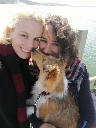 lesbisches Paar mit Hund