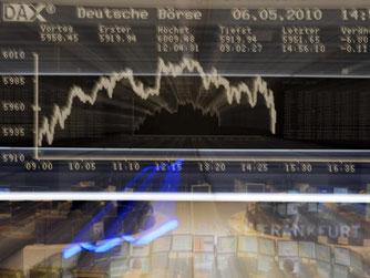 """Aktienhändler und Analysten in Frankfurt verfolgten den sogenannten """"Flash Crash"""" am 06.05.2010. Foto: Boris Roessler/Archiv"""