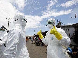 Im Schutzanzug im Ebola-Gefahrengebiet: Mitarbeiter des Roten Kreuzes von Liberia im Oktober 2014 in Monrovia. Foto: Ahmed Jallanzo