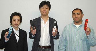 N903i開発陣。右から島村孝博氏、岡本克彦氏、佐藤崇氏。