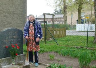 Фрау Шляй живёт в этом доме с 1952 г. и ухаживает за могилой  советских воинов. Фото А. Райзер/АиФ. Европа