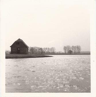 """Foto: Peter Kaiser 1972, Das Bleichhäuschen wird vom SMC genutzt. """"Saubere"""" Ufer, die vom Gebüsch """"bereinigt"""" worden."""