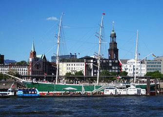 Segelschiff Rickmer Rickmers im Hafen Hamburg mit dem Michel im Hintergrund