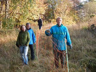 Auch auf schwierigem Terrain müssen Zäune gestellt werden. Foto: Katharina Jacob