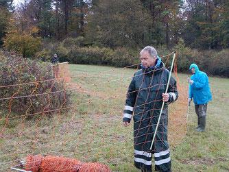 Schlechtes Wetter hält die Mitglieder der LAG Wolf nicht von der Arbeit ab. Foto: Katharina Jacob
