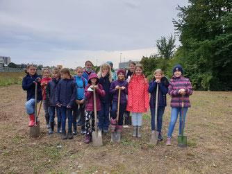 Thordis und ihre Geburtstaggäste pflanzen Bäume  Quelle: Knop