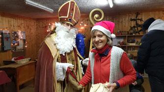 Der Nikolaus bedankt sich bei Marion für ihren Einsatz bei der Waldweihnacht. (Bild: Steffi Krieg)