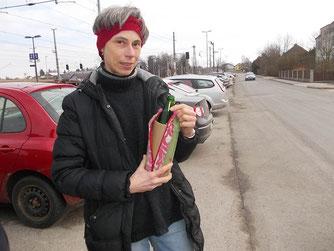 Heike mit ihrer Pink-Panther-Flaschenhülle mit grüner Norm-Pfand-Glasflasche