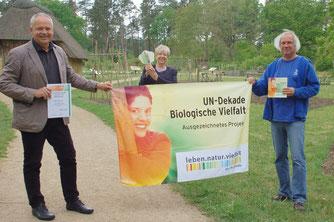 Ehrung in Corona-Zeiten: Andreas Weber (links) gratulierte Jutta Wendland-Park (Mitte) und Roland Meyer zur UN-Dekade-Auszeichnung