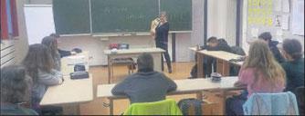 """Hatte tierische Unterstützung dabei: Elvira Diehl vom Verein """"Vier Pfoten in Not"""" zu Besuch an der Cornelia-Funke-Schule. Foto: nh"""