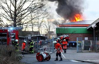 In der Kooperativen Gesamtschule in Sehnde ist ein Feuer ausgebrochen. Feuerwehrleute bringen die Flammen unter Kontrolle. (Julian Stratenschulte)