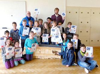 Die Klasse 3a mit Rainer Michalski (links oben) und Mathias Jungkunz (rechts oben) freut sich über ihren Fledermauskasten