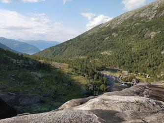 Blick auf Nykkjesøy aus der Höhe vom Nykkjesøyfossen