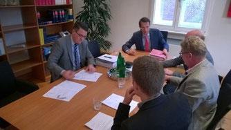 Dr. Tim Grüttemeier und die Investoren um Herrn Heinrich Sangerhausen von der WBS GmbH unterzeichnen den Kaufvertrag.
