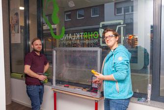 """Etwas zum Hören bereiten Sven Westbomke und Judith Schröder im Ladenlokal """"Wohrtklang Hörsysteme"""" vor."""