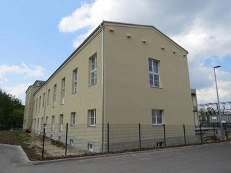 Unvollständige Ersatzmaßnahmen wie diese Fassaden-Nistkästen führen zum Verlust von Arten. Der NABU Leipzig berät, wie die verbleibenden Grünflächen durch gezielte Anpflanzungen funktionale Lebensräume werden.