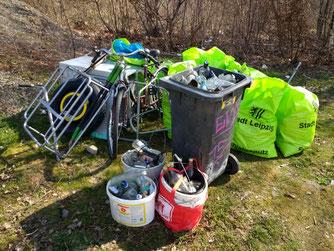 Paradoxe Umweltverschmutzung: Sogar eine Mülltonne war unter dem Müll. Foto: Beatrice Jeschke