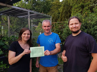 Maria und Thomas übergaben den Spendenscheck an Karsten Peterlein (Mitte) von der Wildvogelhilfe Leipzig. Foto: René Bauer