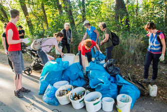 31 fleißige Gewässerretter waren beim ICCD 2020 im Müllsammeleinsatz am Elsterbecken. Foto: Ludo Van den Bogaert