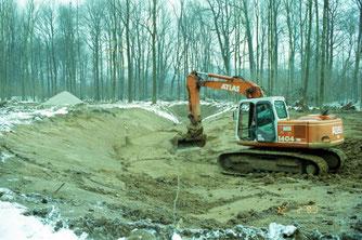 Die Form der Uferböschung soll das Wachstum von Schilf ermöglichen. Foto: Ralf Mäkert