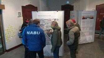 Demonstrationsteilnehmer nutzten die Gelgenheit, nach der Kundgebung Ausstellungen mit den Bauplänen zu besuchen. Foto: Karsten Peterlein