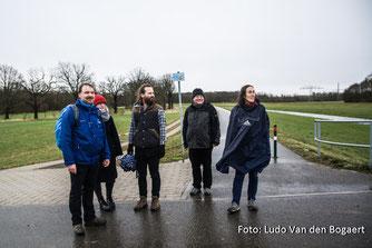 René Sievert vom NABU Leipzig (links) informierte die Exkursionsteilnehmer über die Vogelwelt.