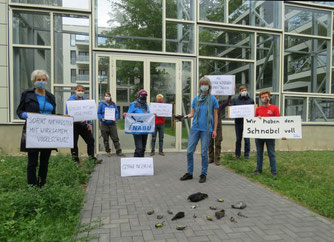 Mahnwache des NABU Leipzig vor der tödlichen Glaswand. Foto: NABU Leipzig