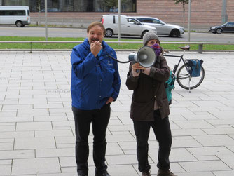 In kurzen Ansprachen mittels Megaphon wurden die Forderungen, Probleme und Lösungsvorschläge erläutert. Foto: Karsten Peterlein
