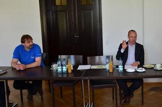 Sachsens Umweltminister Wolfram Günther (Bündnis 90/Die Grünen) (rechts) und René Sievert, Vorsitzender des NABU Leipzig, im Gespräch. Foto: Reinhard Rädler
