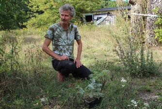 Jens Franke stellte die Pflanzenwelt auf der NABU-Streuobstwiese vor. Foto: Birgit Peil