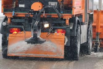 Winterdienst streut Salz auf die Straßen. (Symbolfoto)